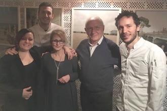 05 - I titolari di Mimì e del 28 posti con gli chef e la sommelier Iris Romano