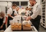 16 - Chef al lavoro per lo show cooking